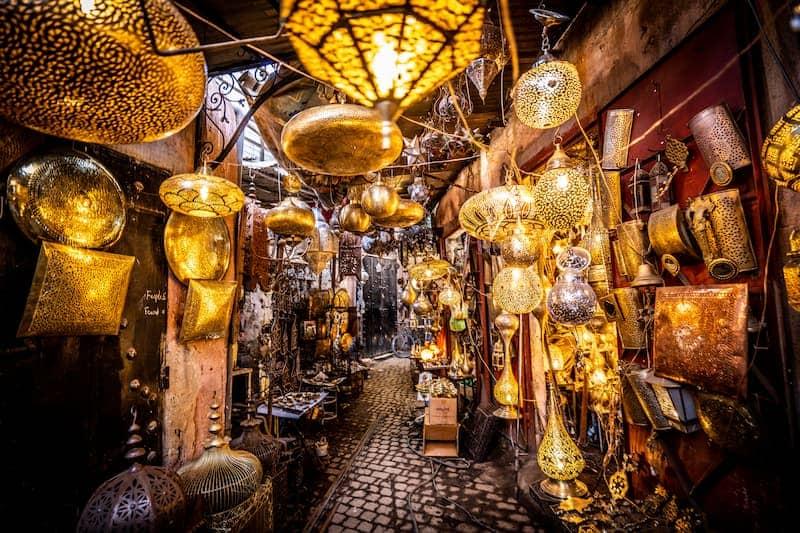 Une ruelle illuminée du souk de Marrakech