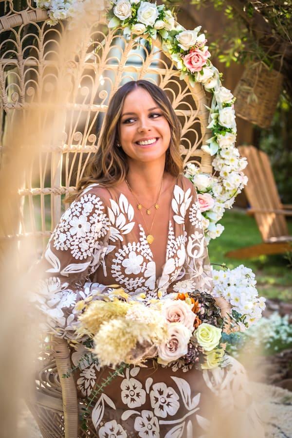 Mariée heureuse de son voyage de noces dans une villa de mariage à Marrakech