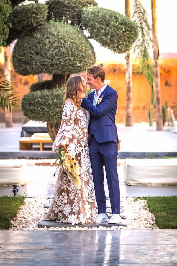 Couple amoureux dans une villa de mariage à Marrakech pour un voyage de noces