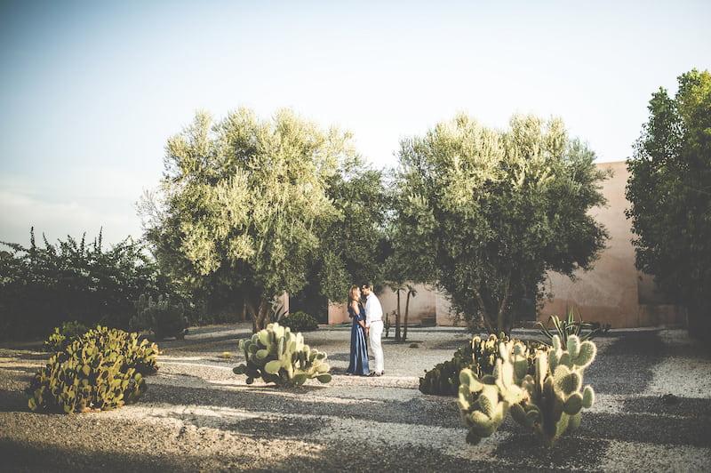 Couple en voyage de noces dans une villa de mariage à Marrakech
