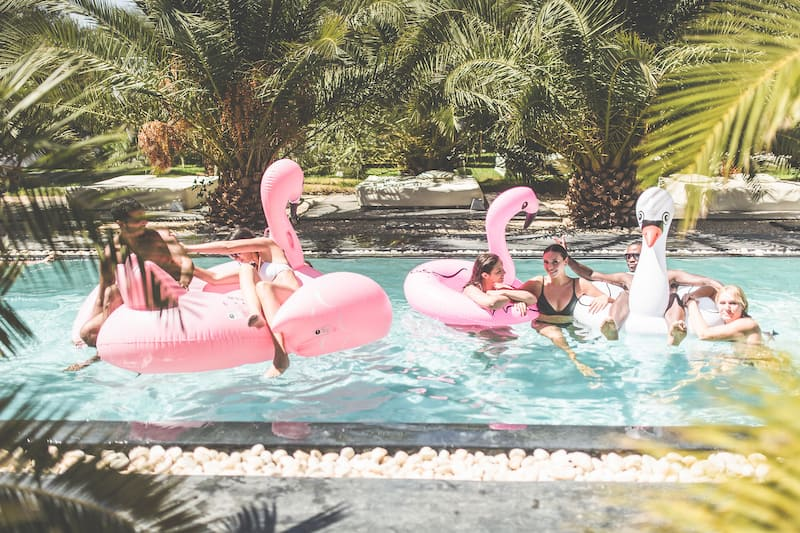 Jeunes profitant de vacances dans une villa à Marrakech de location