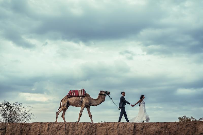 Couple en voyage de noces dans le désert de Marrakech