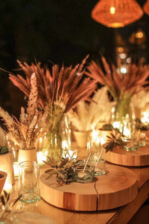 Table décorée pour un anniversaire de mariage dans une villa de location à Marrakech