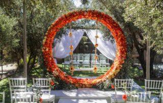 Arche fleurie orangée pour un mariage à Marrakech