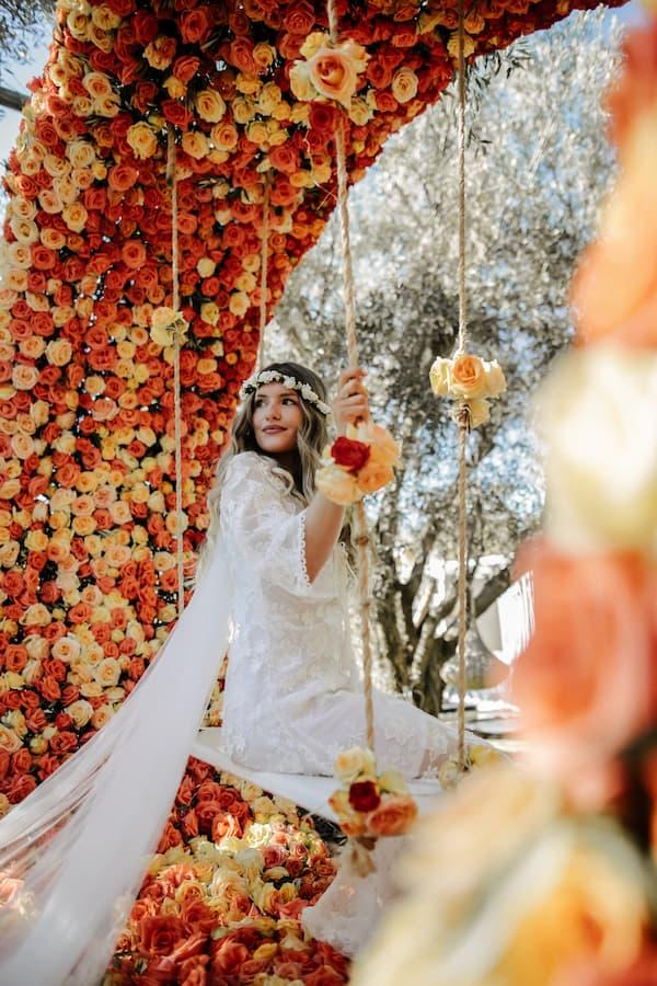Mariée dans le jardin décoré de son hôtel pour mariage à Marrakech