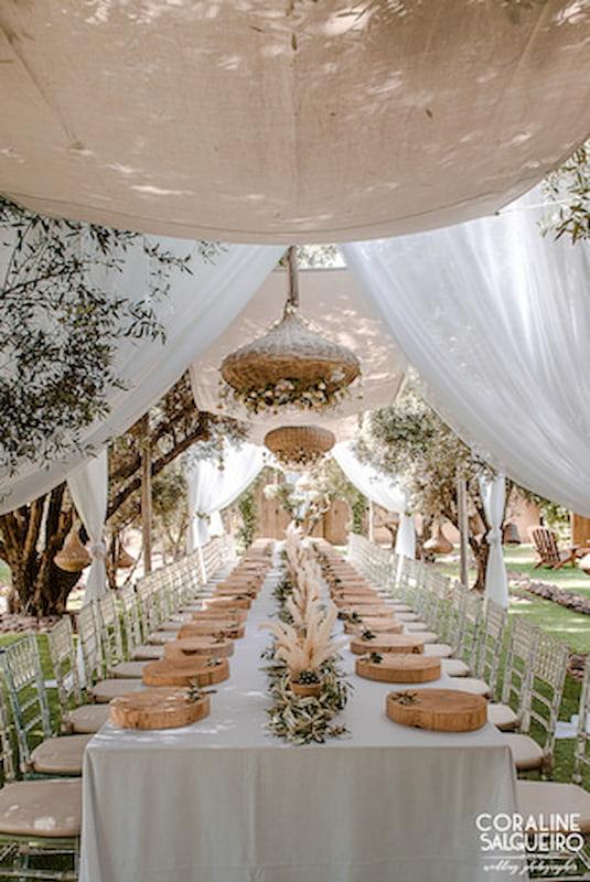 table garnie en terrasse pour un team building à Marrakech