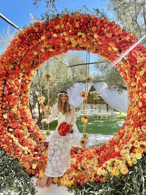 Mariée dans le jardin fleuri de son hôtel de mariage à Marrakech