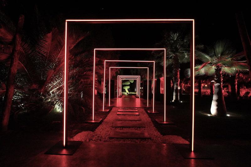 Allée d'un hôtel pour séminaire à Marrakech illuminée pour un événement
