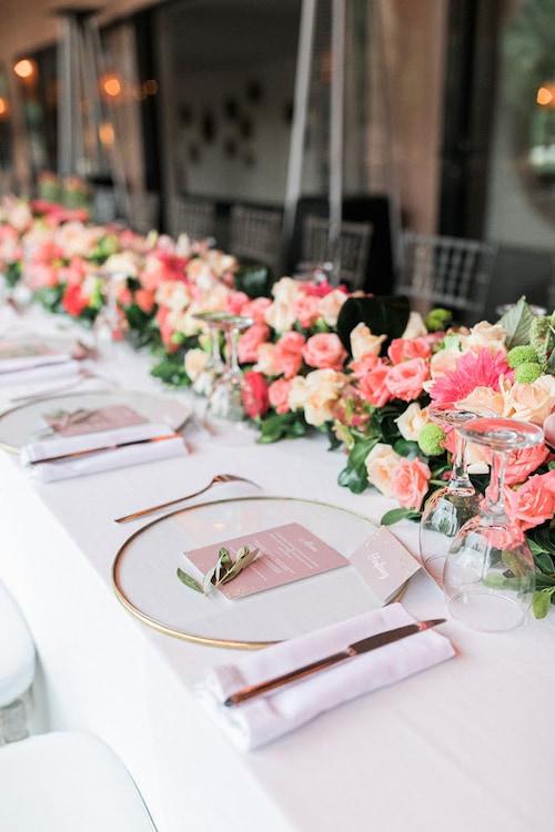 Une table de mariage à Marrakech fleurie et romantique