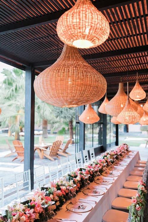 Table de mariage fleurie dans une villa de mariage à MArrakech
