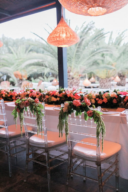 Chaises fleuries pour un mariage à Marrakech