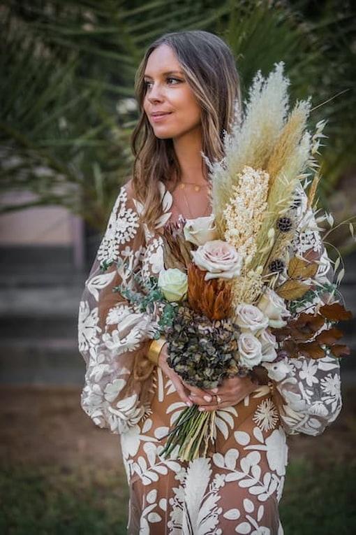 mariée avec bouquet de fleurs style bohème pour un mariage à Marrakech