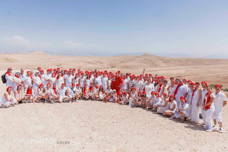 Ggroupe de personnes réunies dans le désert pour un team building à Marrakech