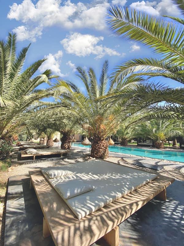 Lit en extérieur près de lapiscine et du jacuzzi de la Villa Taj Marrakech