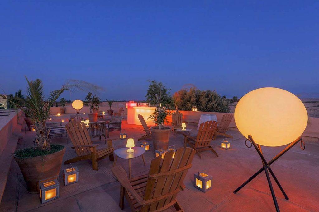 soirée sur le rooftop avant le jacuzzi lors de la location d'une villa à Marrakech
