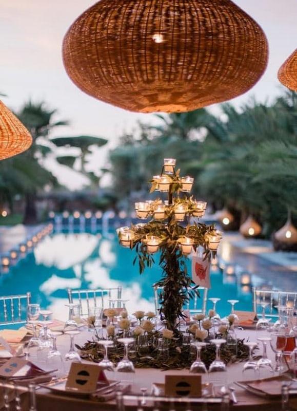 Table ronde dressée pour un repas de la cuisinière de la villa taj marrakech